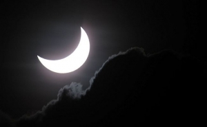 Миллионы людей наблюдали редкое солнечное затмение в Австралии