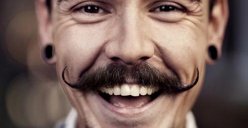 Мужчины с Ближнего Востока имплантируют усы
